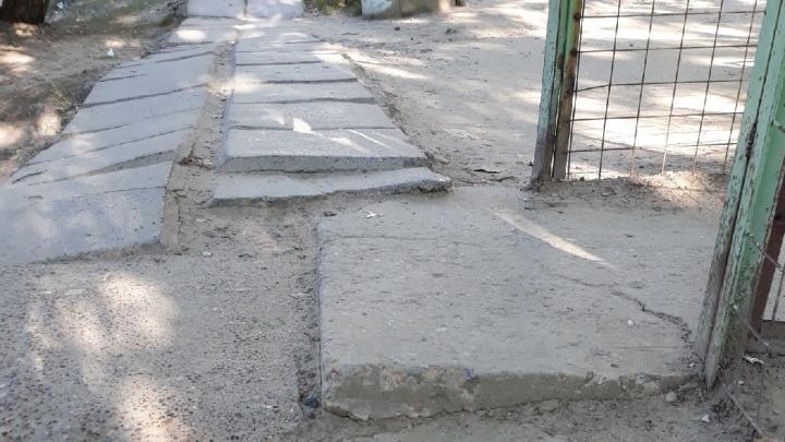 В Волгограде чиновники обещали отремонтировать жуткий тротуар на пути в детский сад