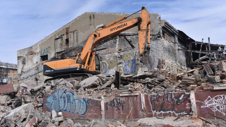 Это всё, что осталось от «Темпа»: историки спасли старинную колонну уралмашевского кинотеатра