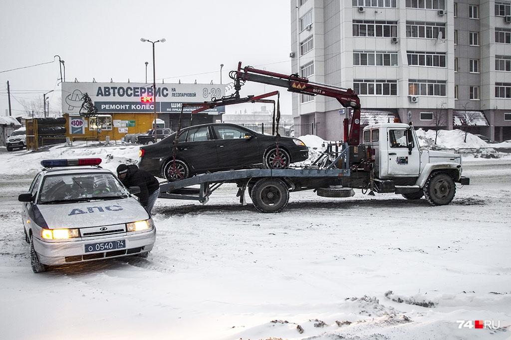 Эвакуация автомобиля добавляет порядка 2000 рублей к сумме штрафа, который составляет 500–5000 рублей в зависимости от типа нарушения