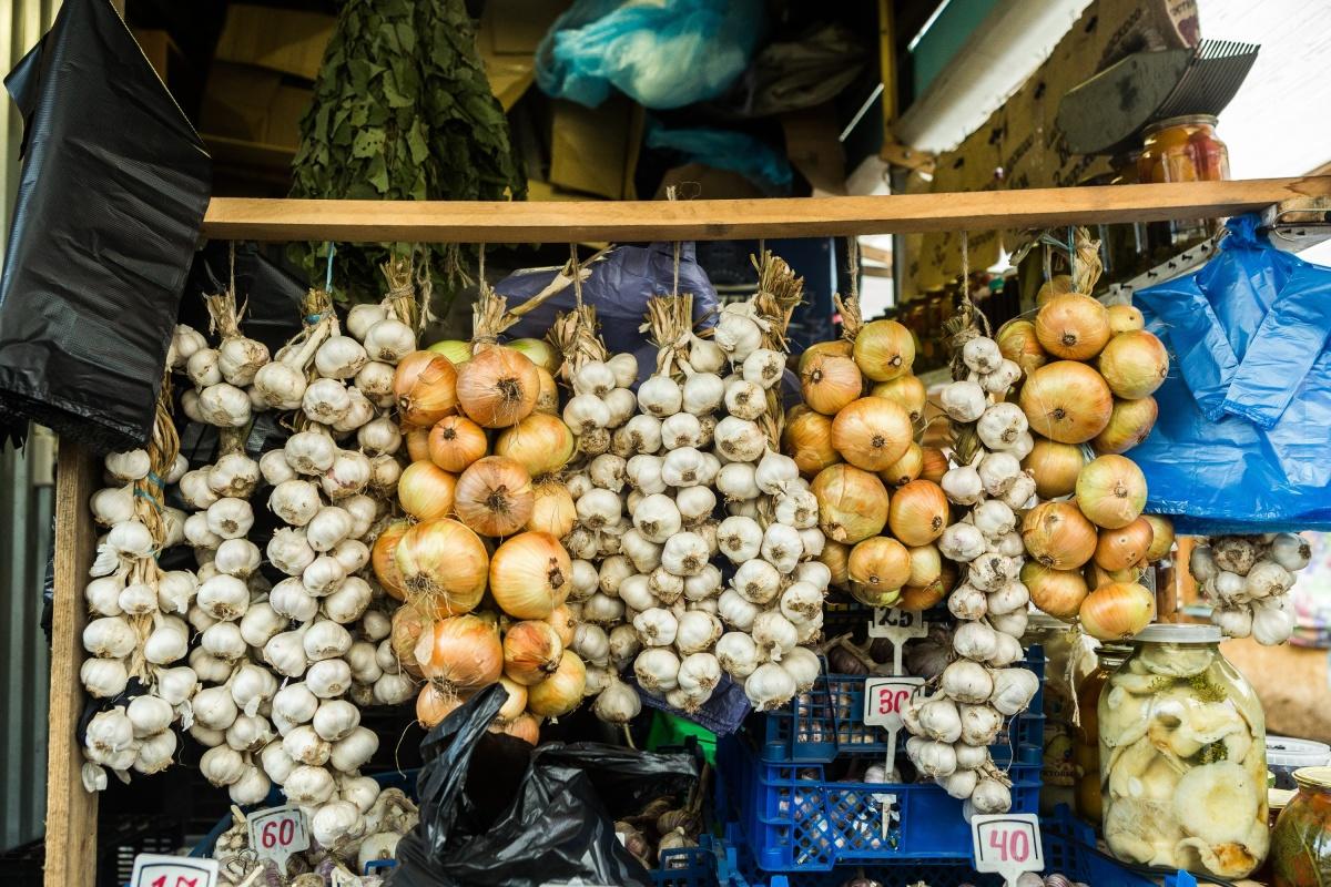 Лук и чеснок в связке можно даже дарить как осенний сувенир из Сибири