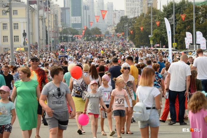 По центральным улицам Екатеринбурга, как обычно, было сложно пройти из-за толп