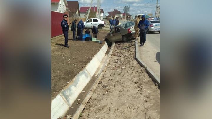 Водителю «Рено» стало плохо за рулём: машина вылетела в кювет