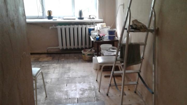 «Работаем в сарае»: на Урале больницу затопило горячей водой, а стены покрылись грибком