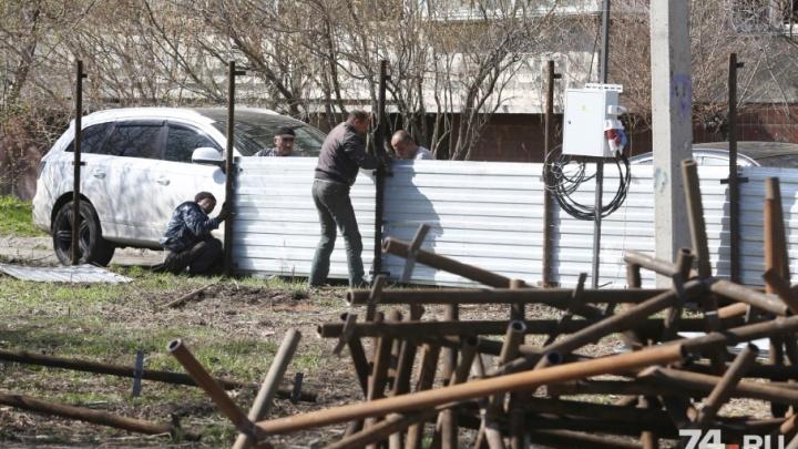 «Надо на пикет выходить»: сквер, на месте которого построят магазин, огородили забором