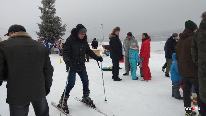 День снега в Волгограде: горожане выбрались за город ради хоккея, футбола и семейных эстафет