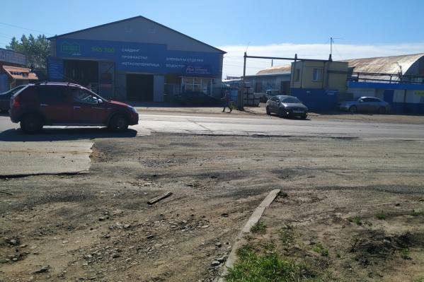 Раскопку по ул. Омской закрывать асфальтом не стали намеренно