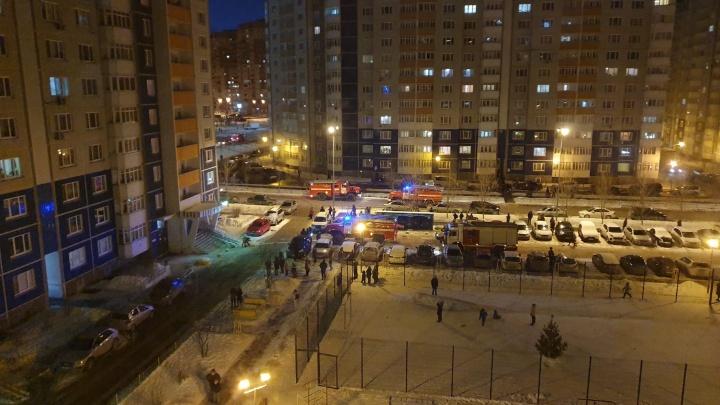 В многоэтажке на Широтной загорелась квартира. Спасатели эвакуировали 32 человека