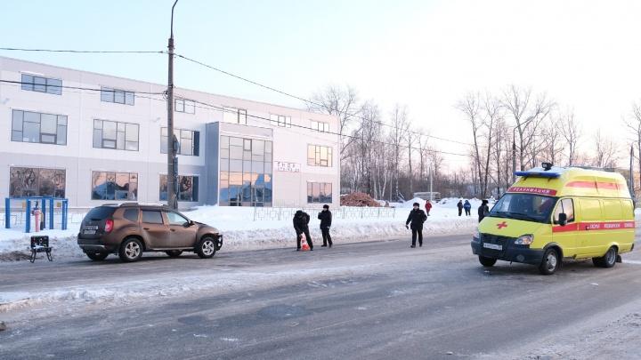 В Перми улица Лянгасова перекрыта из-за аварии: легковушка сбила мужчину и семилетнего ребенка