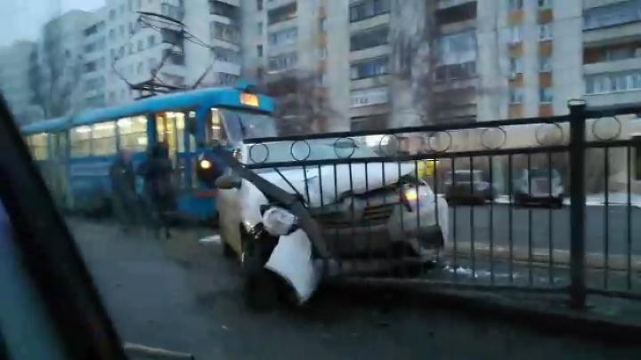 Водитель такси «насадил» машину на забор трамвайной остановки у Дома кино
