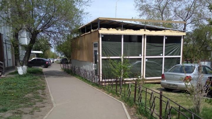 «Яйцами закидаем»: под окнами многоэтажки в «Солнечном» ночью «вырос» павильон