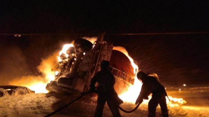 В Башкирии опрокинулся и вспыхнул бензовоз