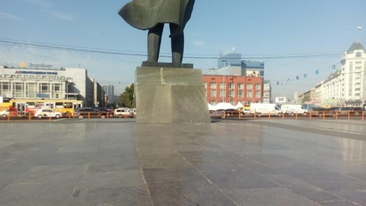 Полиция поймала вандала, который расписал памятник Ленину нацистской символикой