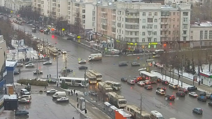 В центре Челябинска загорелись троллейбусные провода