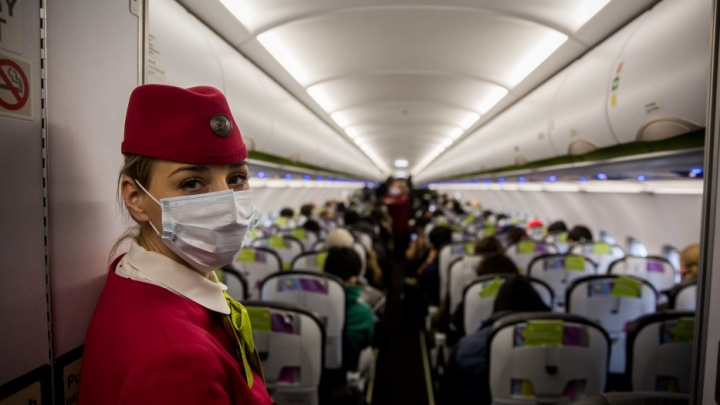 К мужчине, летевшему из Новосибирска с зараженной коронавирусом студенткой, нагрянули врачи и участковый