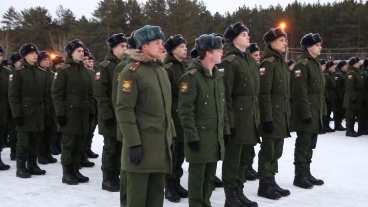 Новобранцы в частях по Сибири получили армейские куртки и ботинки нового образца