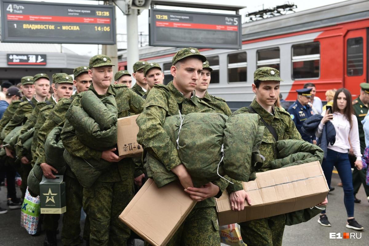 Ах, мальчик, красавчик: 15 уральских парней отправили охранять Московский Кремль