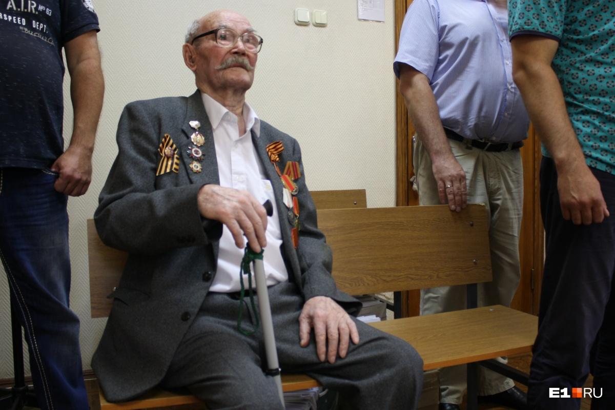 Ханиф Ситдиков пришел в зал суда, надев медали, полученные за фронтовые заслуги