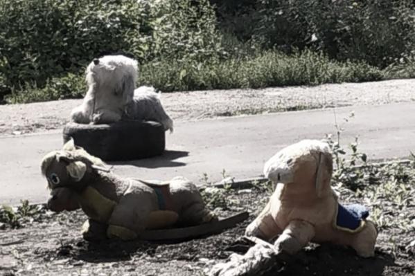 Вот такие «симпатяги» пугают детей в затонском дворе на улицеСудоремонтной