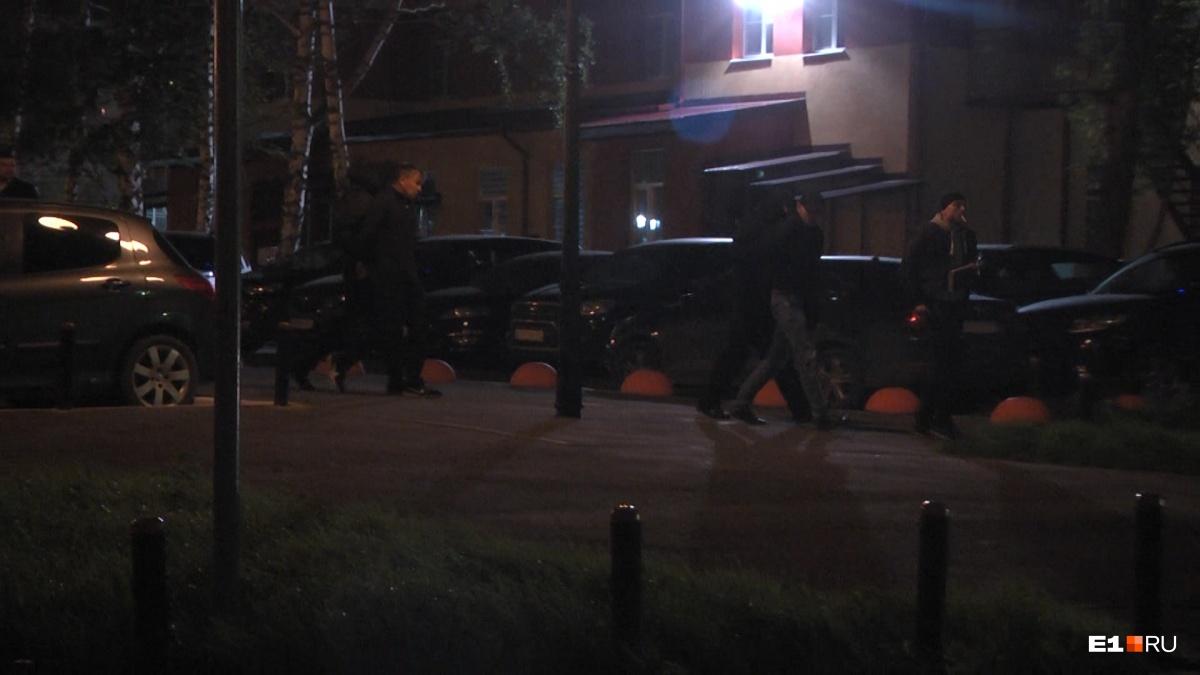 Полицейскиеуводят задержанных