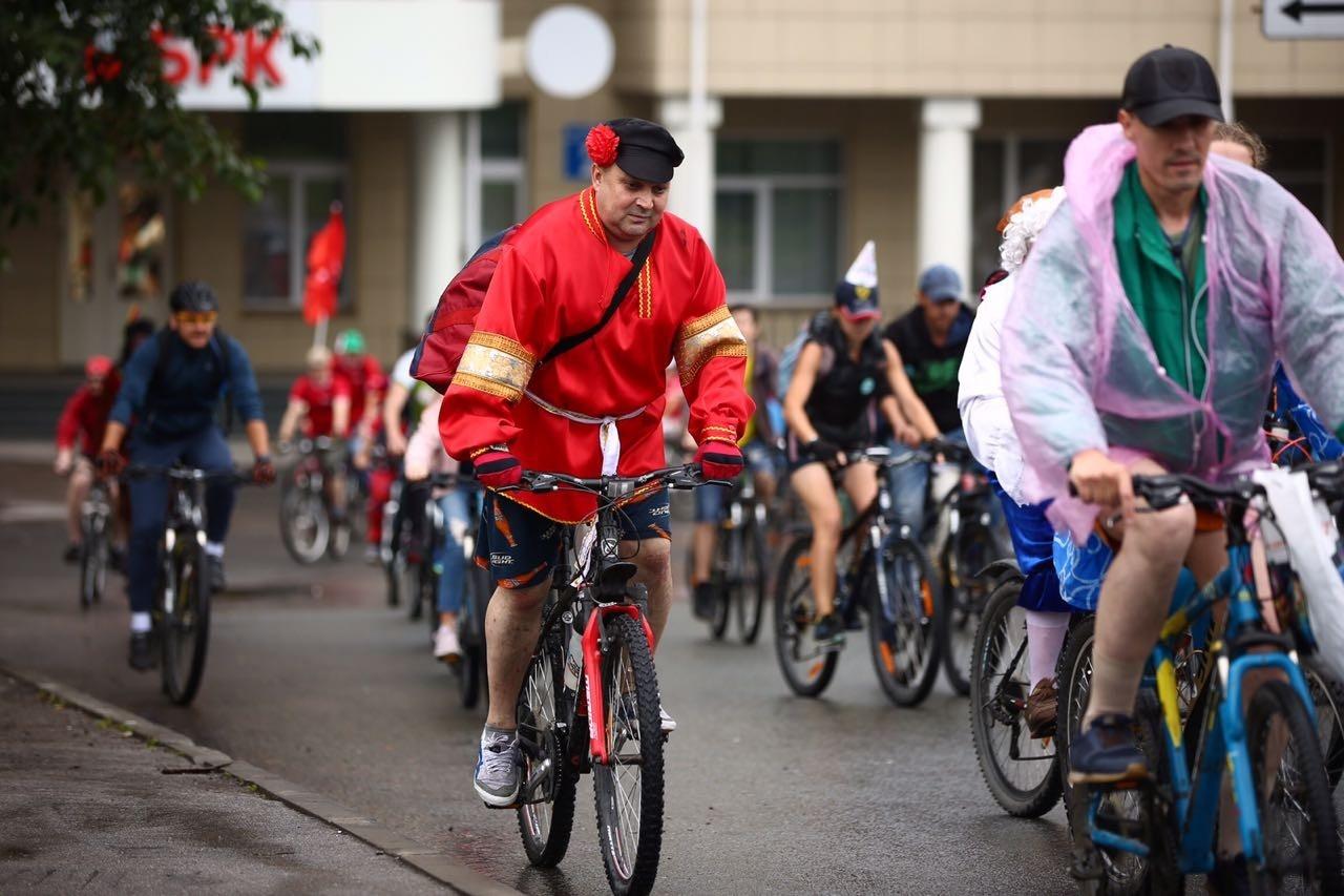 Из-за дождя многие участники пренебрегли карнавальными костюмами, но есть и нарядные велосипедисты