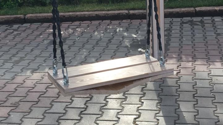 Новые качели на площади Революции размокли от первого дождя и разломались