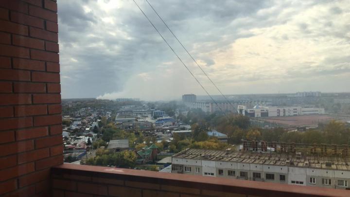 Левый берег окутало дымом горящей свалки за Хилокским рынком