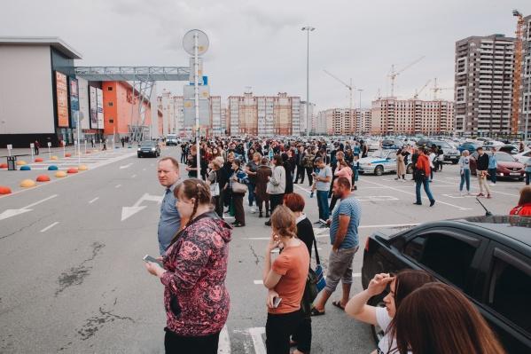 Из-за стрельбы в торговом центре была объявлена эвакуация. Из здания вывели более 1500 человек