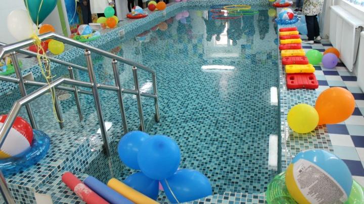 В омском детсаду открыли бесплатный бассейн с фенами и красочным панно на стене