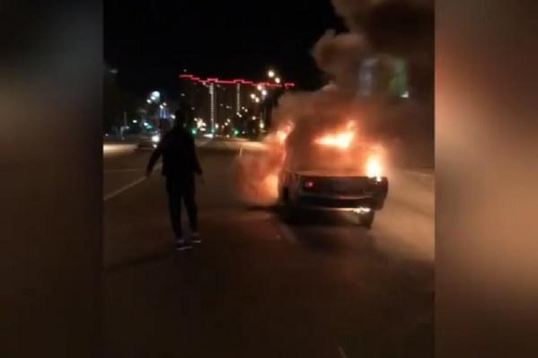 Машина сгорела полностью. После чего на место приехали пожарные и полицейские