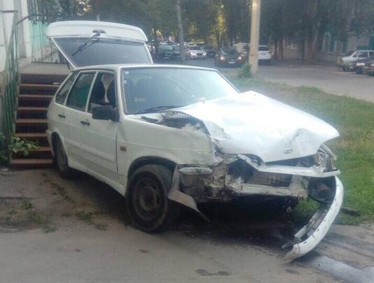 «Авто откинуло на крыльцо»: на проспекте Масленникова Renault столкнулся с Lada