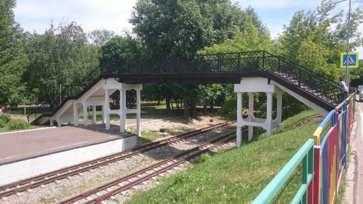 С моста над детской железной дорогой в Уфе упал мужчина