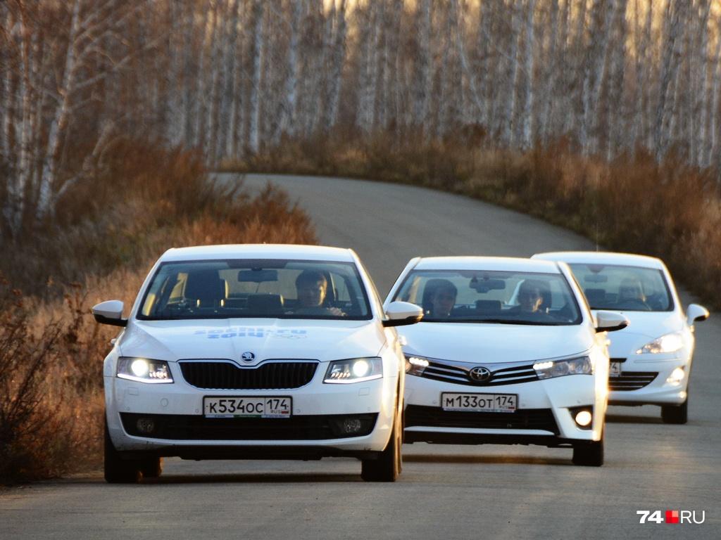 За 800 тысяч есть широкий выбор седанов и лифтбэков С-класса в возрасте 3–5 лет. На снимке — SKODA Octavia, Toyota Corolla, Peugeot 408
