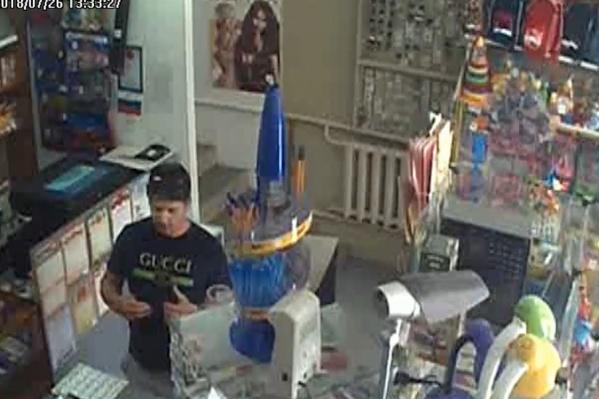 Мужчина приглядывал мелкий товар в канцелярском магазине