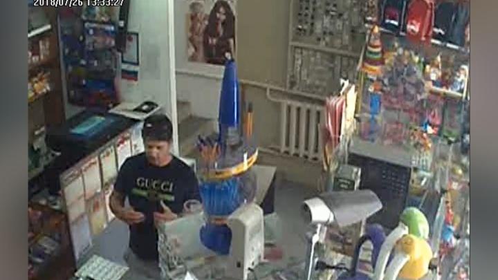 «Почем тетрадки?»: мошенник, виртуозно орудующий купюрами, попал на видео в ростовском магазине