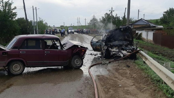 На Дону в ДТП сгорела машина