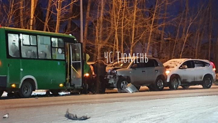На Барнаульской столкнулись три автомобиля и маршрутка