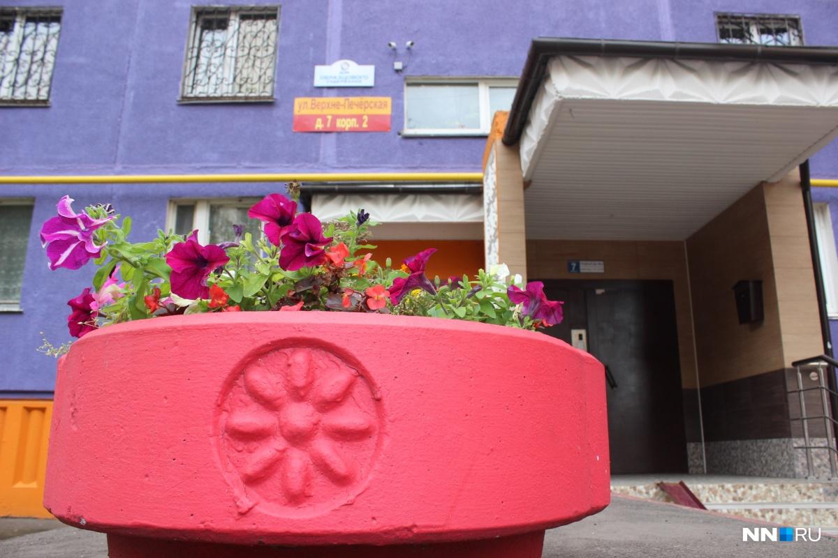Около подъездов — клумбы с цветами