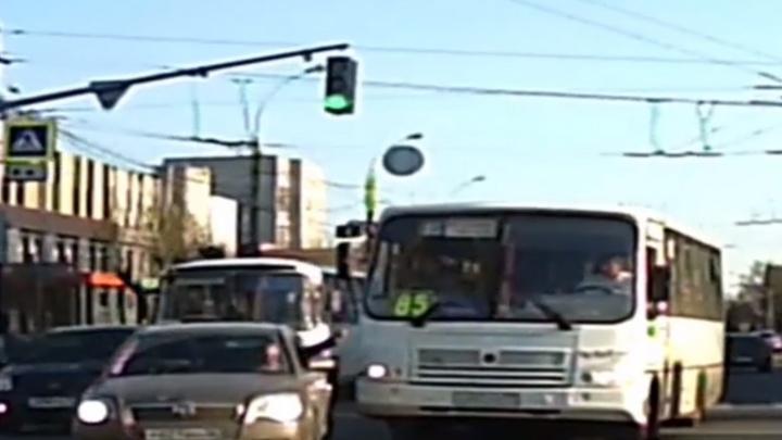 «Ему только трамваем управлять»: ярославец перегородил путь маршрутке, выехавшей на встречку