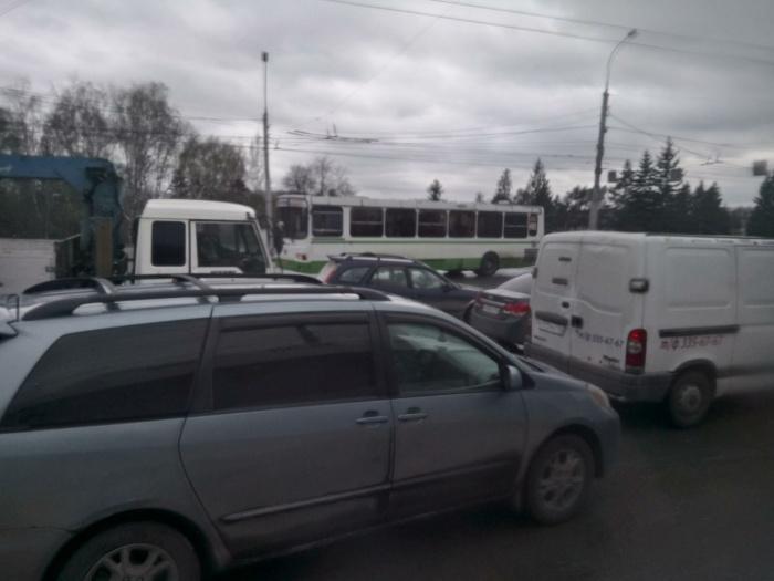 Столкнувшиеся автомобили перекрыли две полосы