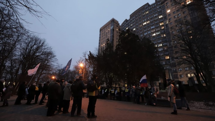 Плакаты, цветы и полицейские машины: ростовчане пришли на пикет в поддержку Анастасии Шевченко