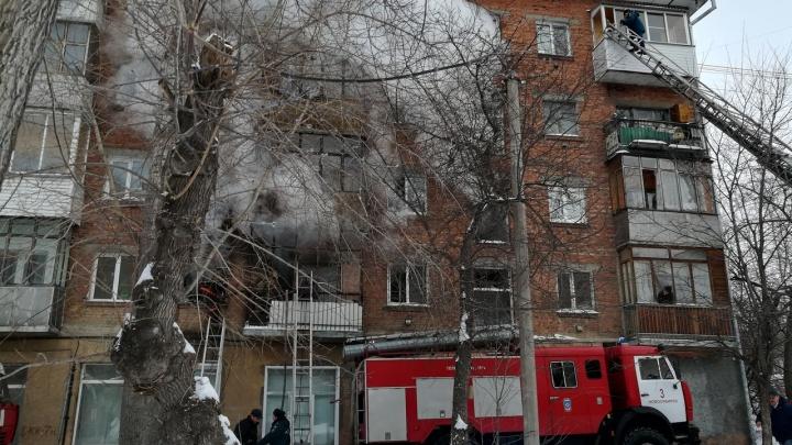 Рядом с площадью Маркса загорелась пятиэтажка: хозяин горящей квартиры сбежал от огня на балкон