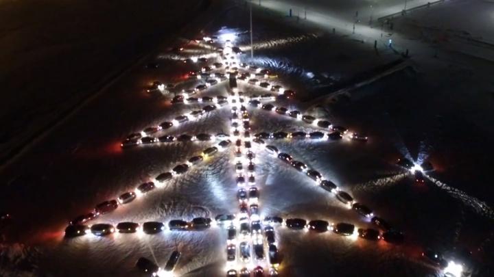 Полторы сотни авто выстроились в Екатеринбурге в огромную светящуюся елку. Видео с квадрокоптера