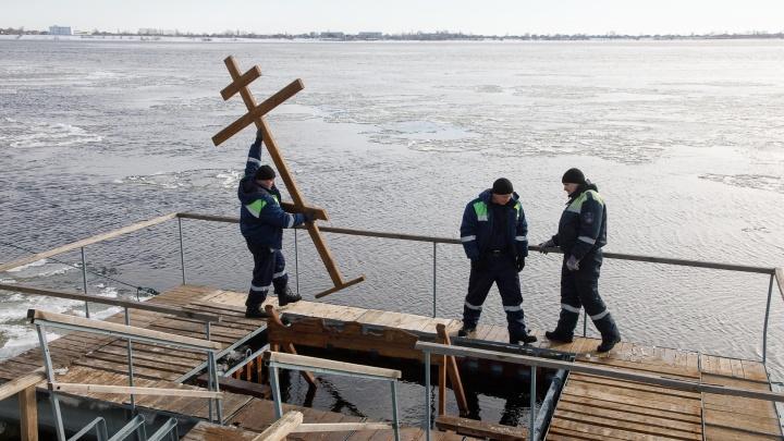 «Ребенок орет, а его несут в воду»: волгоградские спасатели попросили не увлекаться крещенской модой