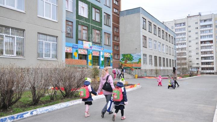 «Они бегут как безумные, едва не сбивая детей»: екатеринбуржцы осудили мам, приходящих утром в школы