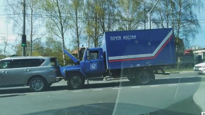 Досталось всем: грузовик Почты России снёс три стоящие машины в Ярославле