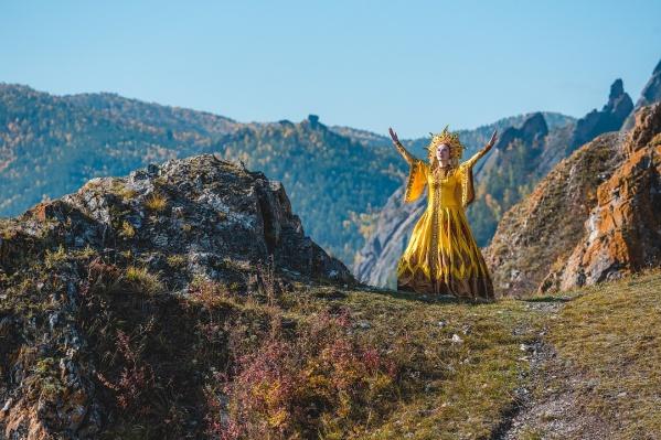 Необычные костюмы прекрасно сочетаются с горными вершинами