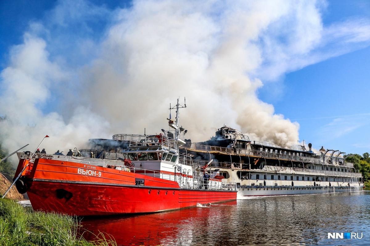 Пожар на теплоходе тушили более 10 часов