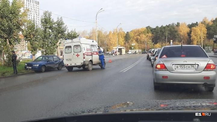 На ЖБИ водитель легковушки врезался в скорую, которая везла больного ребенка
