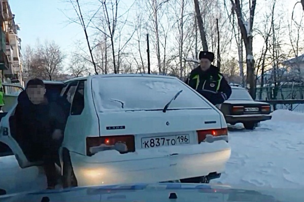 Водитель вылез из своей машины через заднюю дверь, притворившись пассажиром