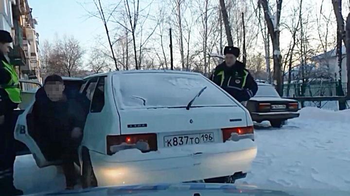 На Урале пьяный водитель удирал от гаишников, а потом притворился пассажиром своей машины: видео